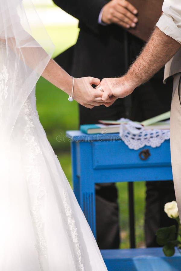 Tenersi per mano delle coppie della persona appena sposata immagine stock libera da diritti
