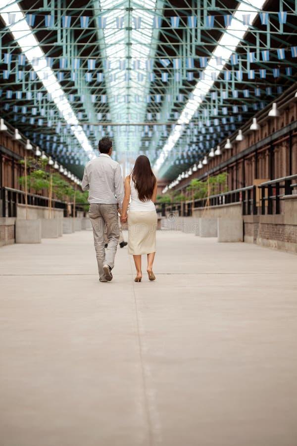Tenersi per mano di camminata delle coppie fotografie stock