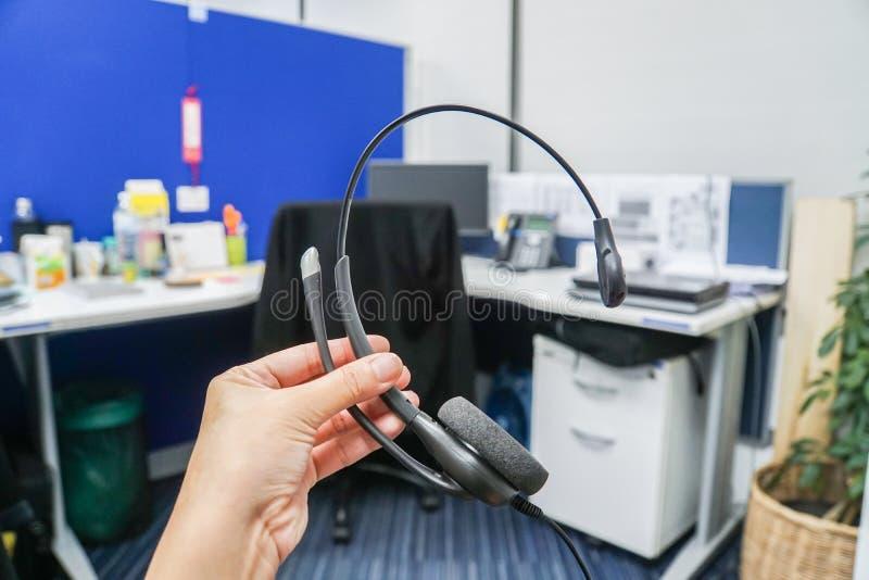 Tenez le casque dans le bureau de callcenter pour la société commerciale photos libres de droits