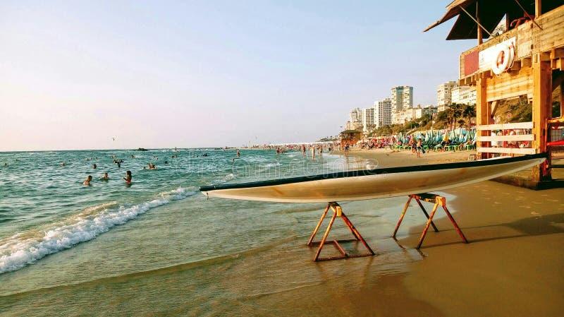 Tenez le hasake de bateau de palette se tenant sur un appui sur une plage de mer près d'une station de secours photo libre de droits