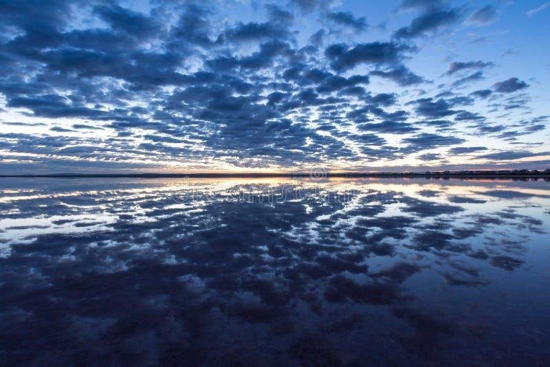 Tenez le premier rôle regarder et lever de soleil fixement au-dessus de bumbunga de lac, lac de rose du ` s de lochiel, photographie stock