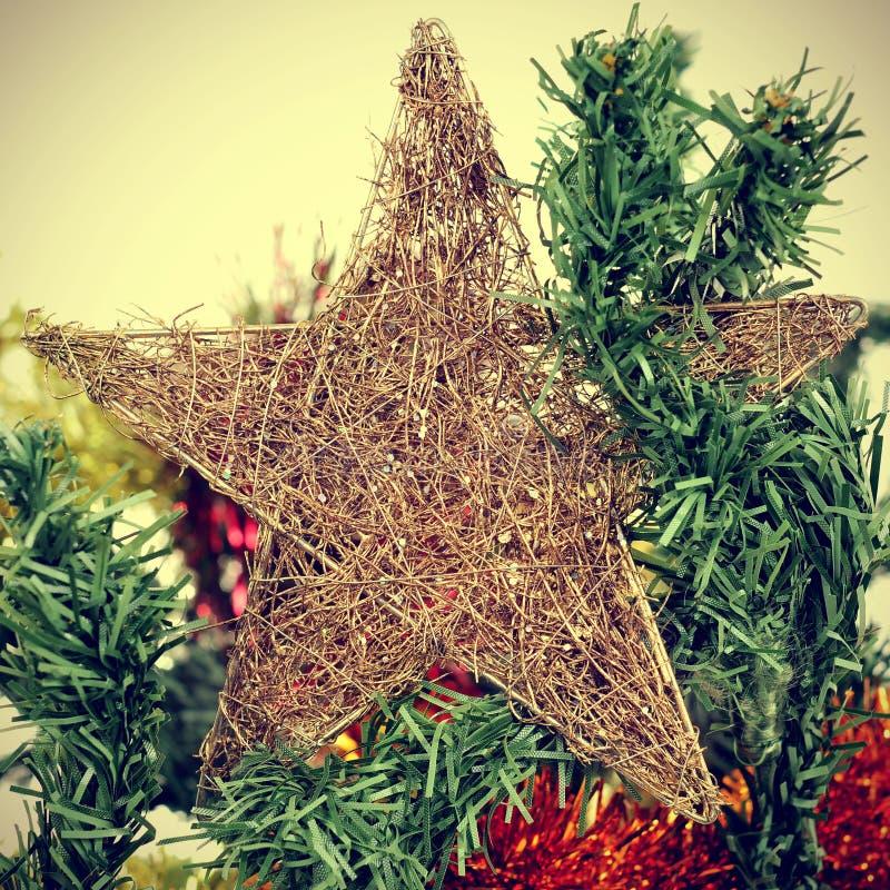 Tenez le premier rôle sur un arbre de Noël, avec un effet de filtre photographie stock