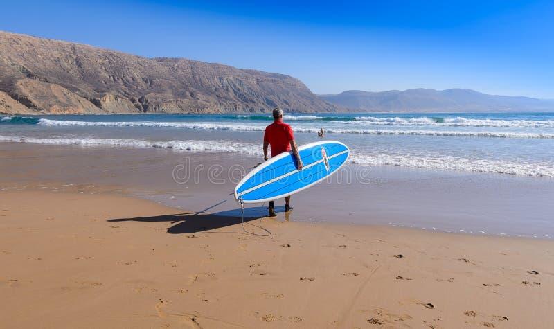 Tenez le surfer de palette à une coupure de ressac au Maroc 3 image libre de droits