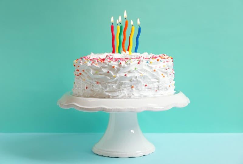 Tenez-vous avec le gâteau d'anniversaire et les bougies sur la table image libre de droits
