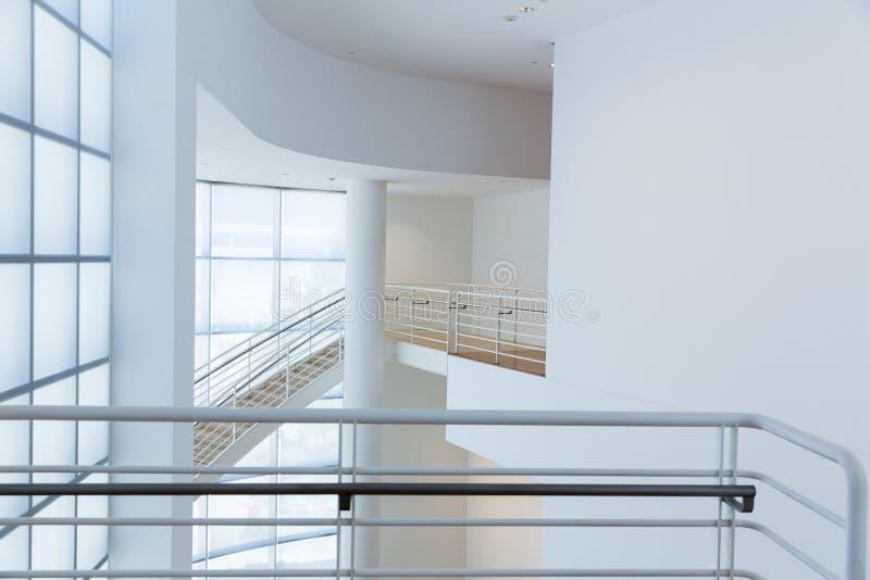 Tenga acceso a la escalera con las barandillas del metal imagenes de archivo