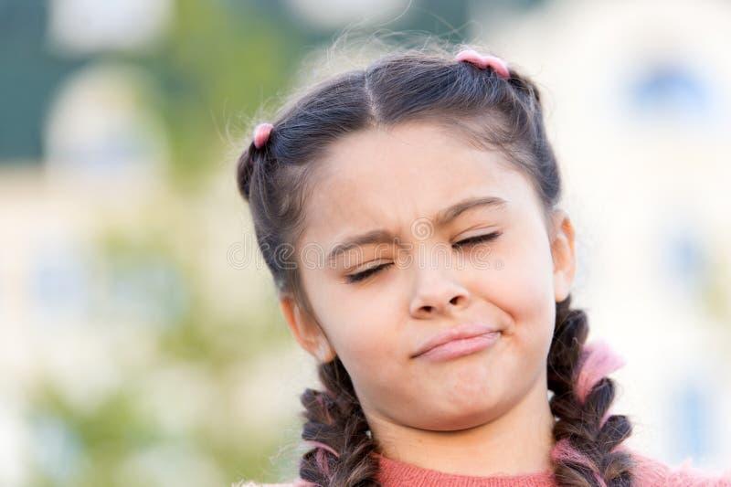 Tenga algunas dudas Cara emocional de la muchacha Pensamientos y concepto de las dudas Cara hermosa dudosa del ni?o Concepto de l fotografía de archivo libre de regalías