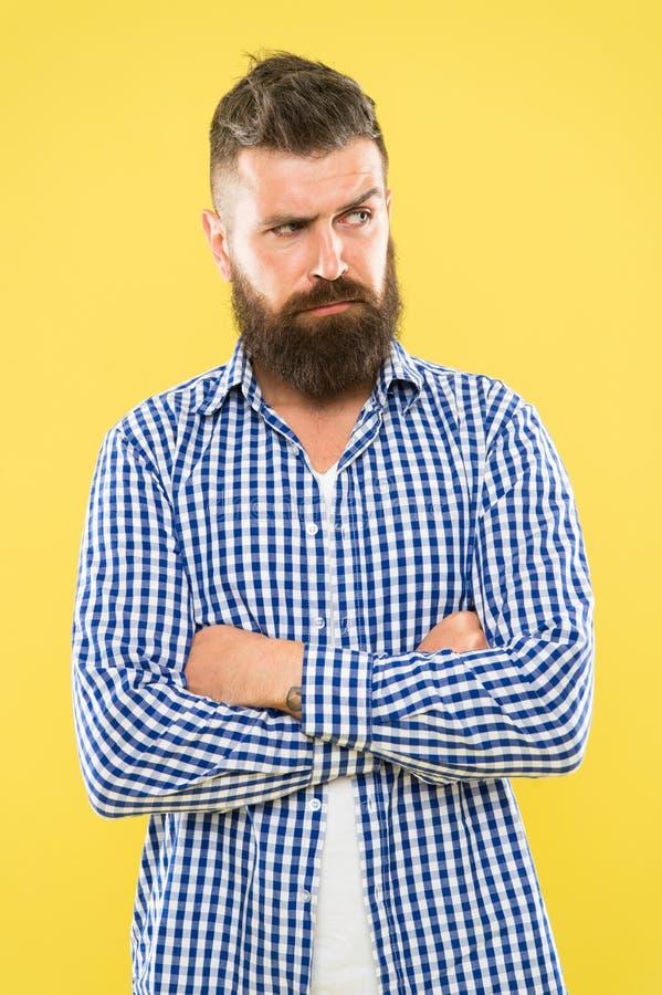 Tenga algunas dudas Hombre barbudo pensativo en cierre amarillo del fondo para arriba Expresi?n pensativa Necesidad de pensar Pen imagenes de archivo