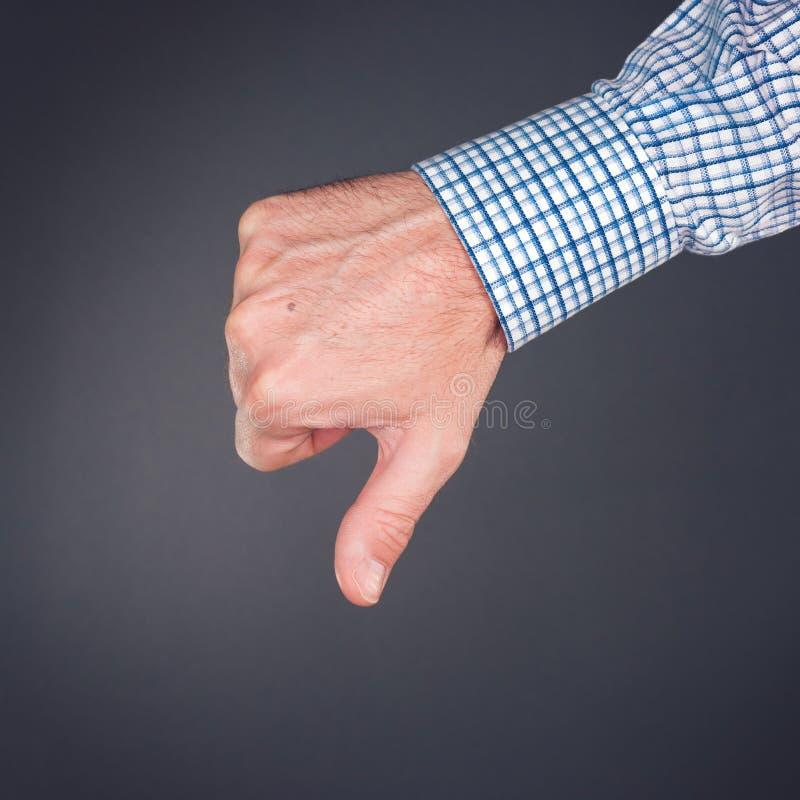 Tenga aversión y desapruebe gesto de mano con el pulgar abajo fotos de archivo