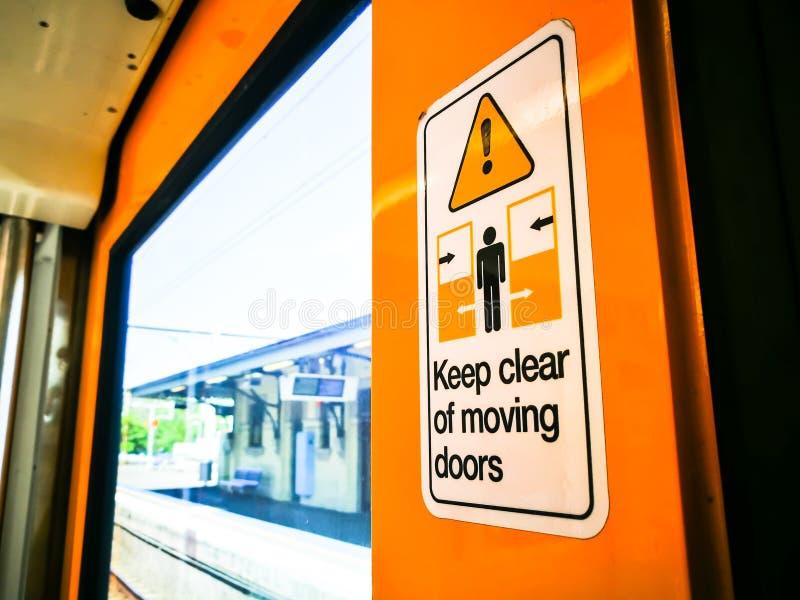 Tenga chiaramente delle porte commoventi firmano sul treno immagine stock libera da diritti