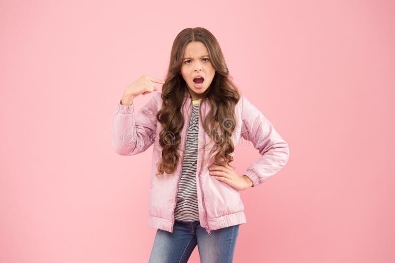 Tenga cuidado. Muchacha cambiante. Moda moderna para los niños. Tienda de la ropa. Autumn Season Collection. Equipo del estilo de foto de archivo libre de regalías