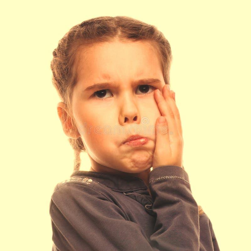 Tenga dolor de muelas del pequeño niño de la muchacha, mejilla inflada grande de las emociones imagen de archivo libre de regalías