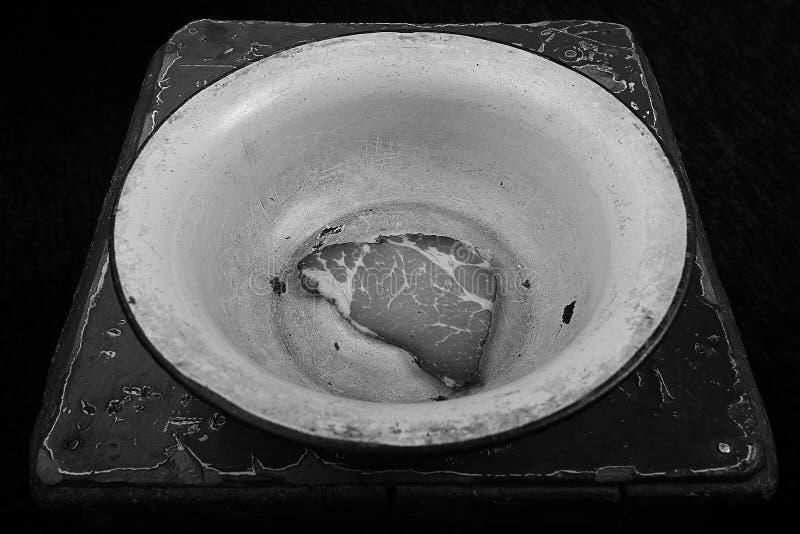 Tenga hambre, un pedazo de carne en un cuenco, crisis, tensión, imagen del extracto del desempleo foto de archivo libre de regalías