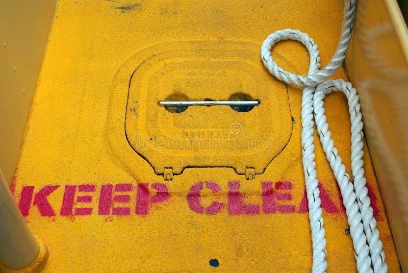 Tenga il chiaro segno sulla piattaforma della nave del metallo giallo fotografia stock