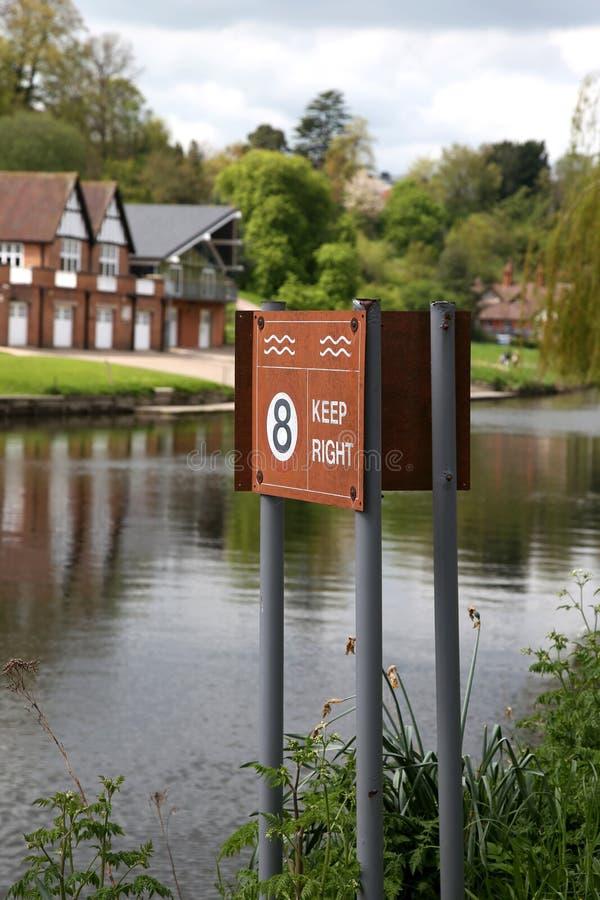 Tenga il segnale di pericolo della giusta e velocità massima sul fiume Severn in Shrewsbury immagine stock libera da diritti