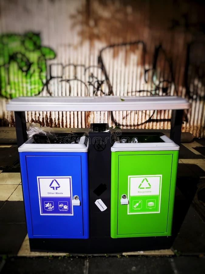 Tenga il vostro paese pulito Lo spreco o il bidone della spazzatura è trovato intorno alla città Copi lo spazio fotografia stock