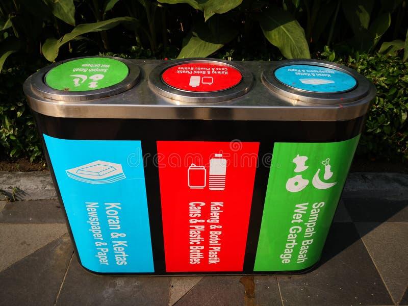 Tenga la città pulita vario bidone della spazzatura o bidone della spazzatura al parco Molto utile dare consapevolezza del cittad immagini stock
