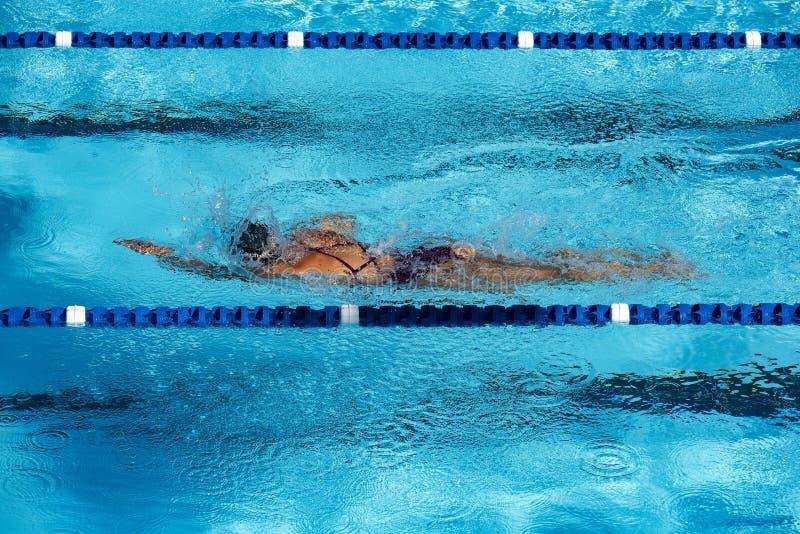 Tenga la misura attraverso i rivestimenti di nuoto nella piscina immagini stock libere da diritti