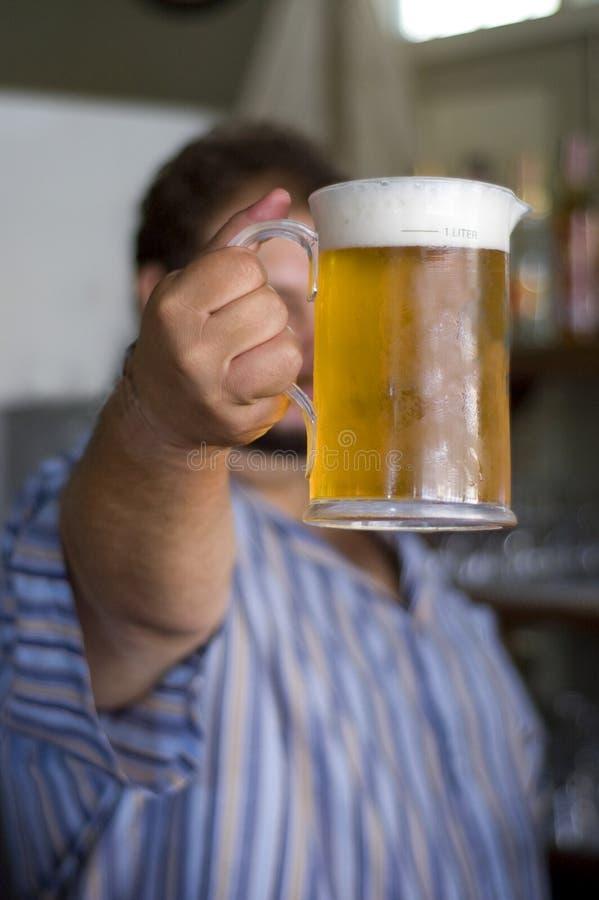 Tenga una cerveza imagen de archivo libre de regalías