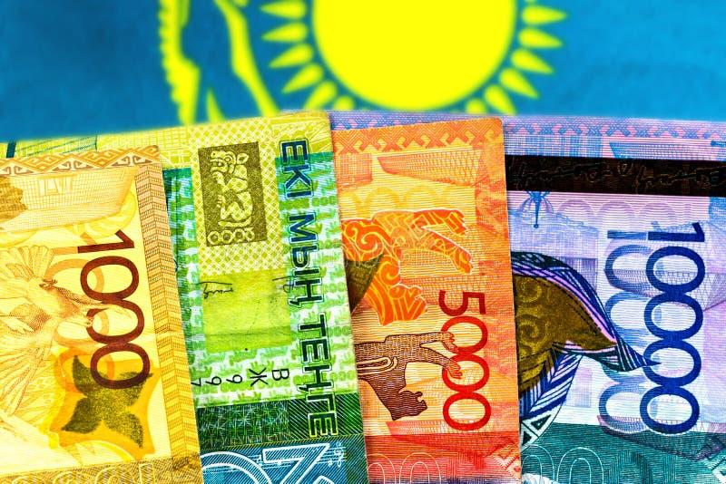 Tenge de Kazakhstan d'argent sur le fond du drapeau image stock