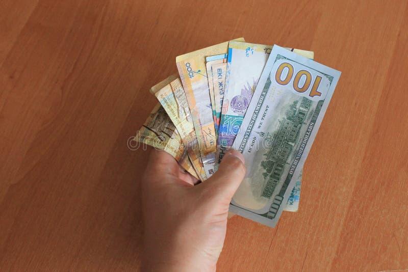Tenge kazakh et les dollars d'Américain d'argent photo libre de droits