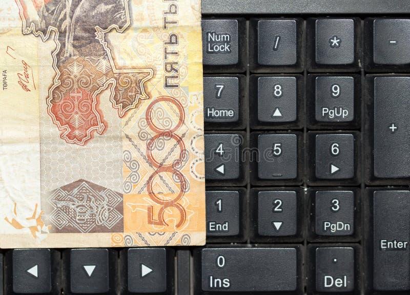 Tenge kazakh sur le clavier d'ordinateur portable image libre de droits