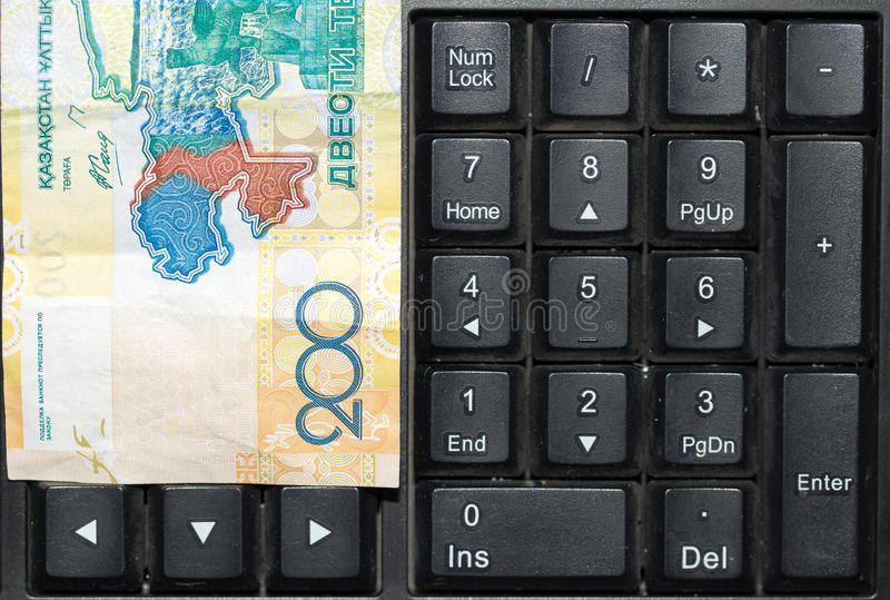 Tenge kazakh sur le clavier d'ordinateur portable photo stock