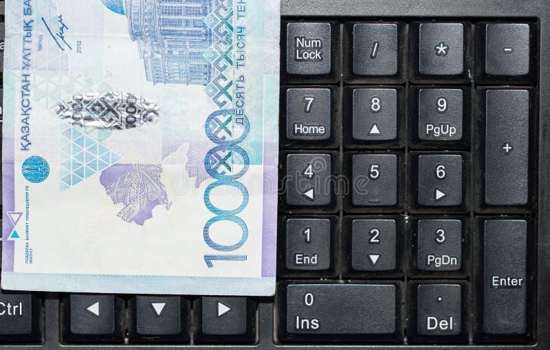 Tenge kazakh sur le clavier d'ordinateur portable images libres de droits