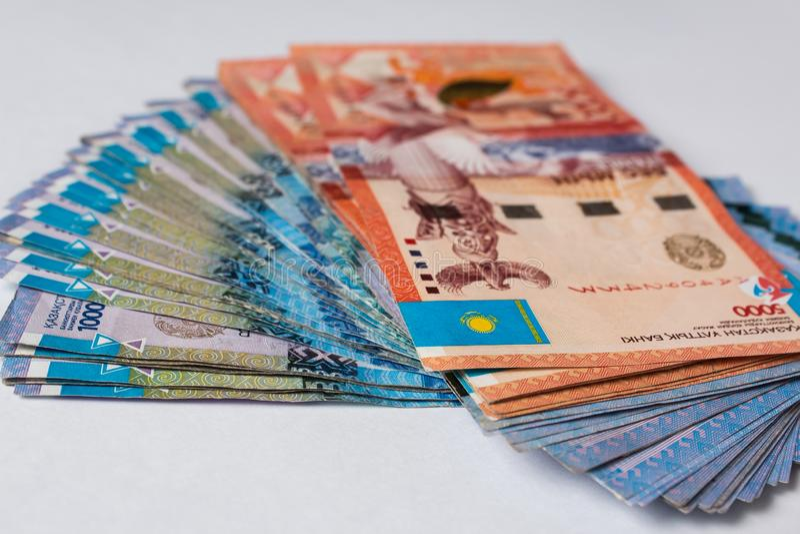 Tenge sur le fond blanc Argent kazakh Tenge de billets de banque Tenge de Kazakhstan d'argent photo stock