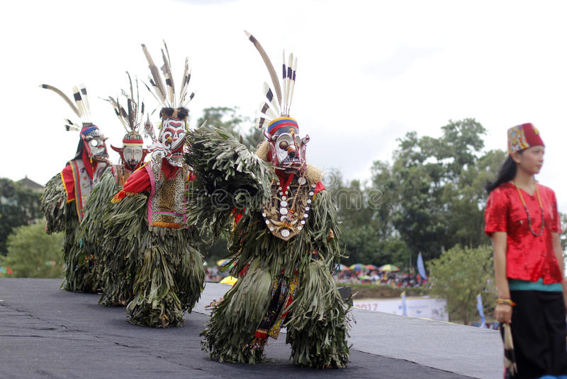 Tenggarong, em julho de 2017 dançarino do hudoq do dayak executa no erau Inte fotografia de stock