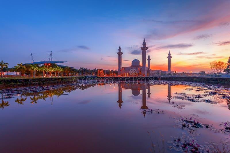 Tengku Ampuan Jemaah Mosque en la salida del sol, Bukit Jelutong, Sah Alam Malaysia foto de archivo libre de regalías