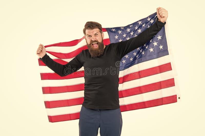 Tengo la bandera de Estados Unidos encima de mi corazón porque soy patriota Un hipster patriótico sostiene una bandera estadounid fotos de archivo libres de regalías