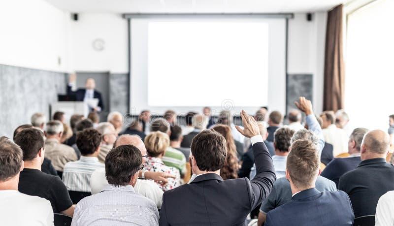 Tengo una pregunta Grupo de empresarios sentados en la sala de conferencias Empresario levantando el brazo Conferencia y fotografía de archivo