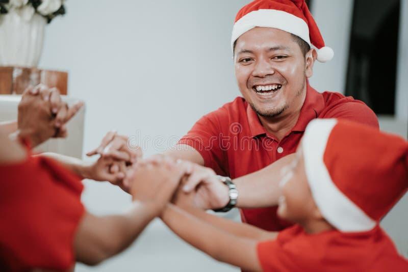 Tenha o divertimento junto com a família durante o Natal foto de stock royalty free