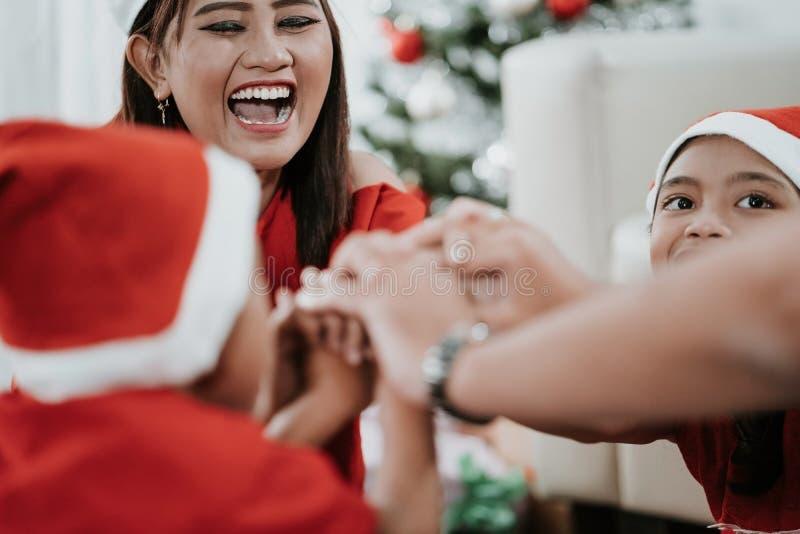 Tenha o divertimento junto com a família durante o Natal fotos de stock