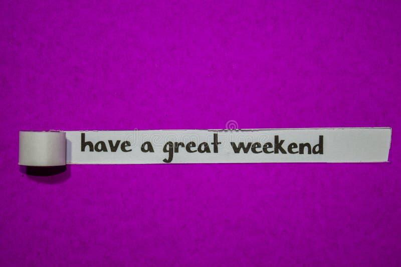 Tenha um grande fim de semana, o conceito da inspiração, da motivação e do negócio no papel rasgado roxo imagem de stock royalty free