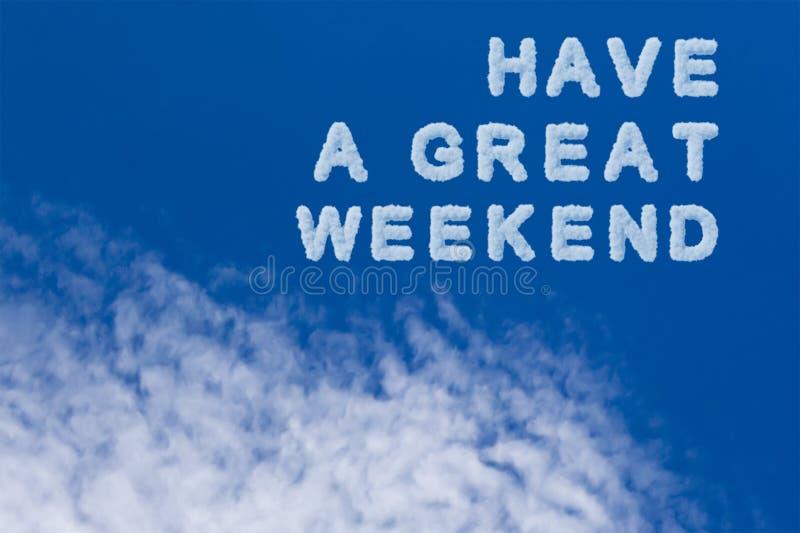 Tenha uma grande nota da tipografia do fim de semana no céu nebuloso O céu azul e a nuvem bonitos com têm palavras grandes de um  foto de stock