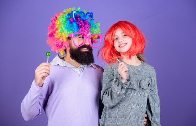 Teniendo el mejor día nunca Feliz cumpleaños Padre e hija en pelucas del estilo del partido Familia feliz que celebra cumpleaños imágenes de archivo libres de regalías