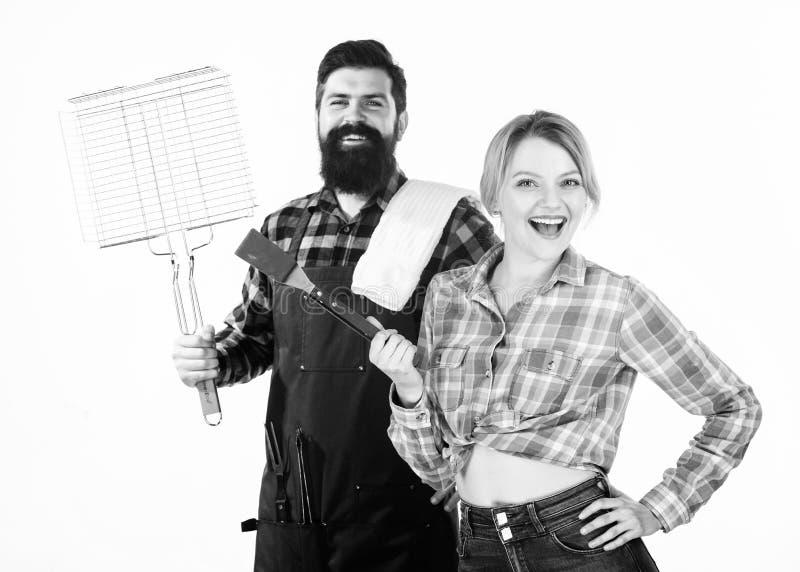 Teniendo gran tiempo junto Inconformista y muchacha barbudos del hombre Preparaci?n y culinario Barbacoa de la comida campestre E imagen de archivo