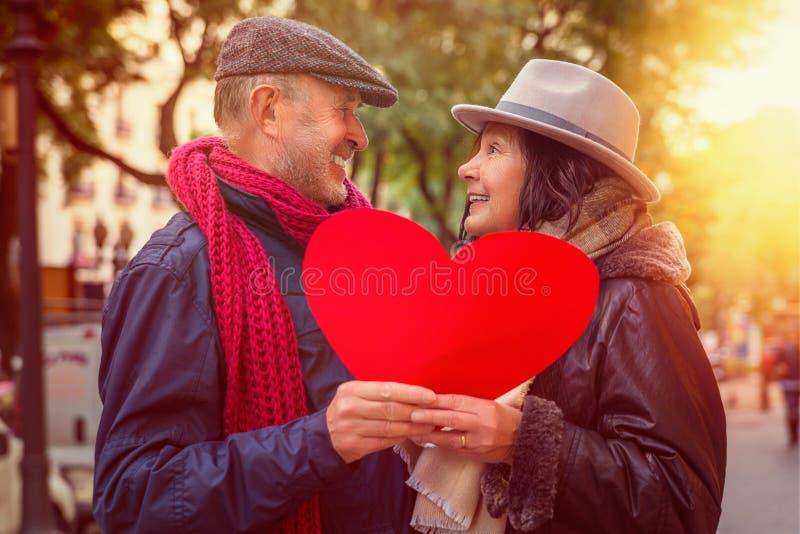 Tenir des couples de coeur photographie stock