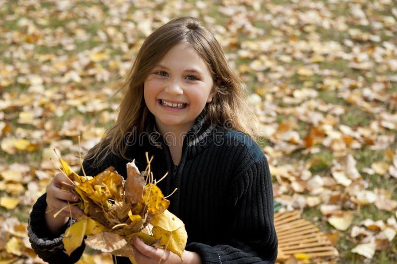 Tenir des feuilles d'automne images libres de droits