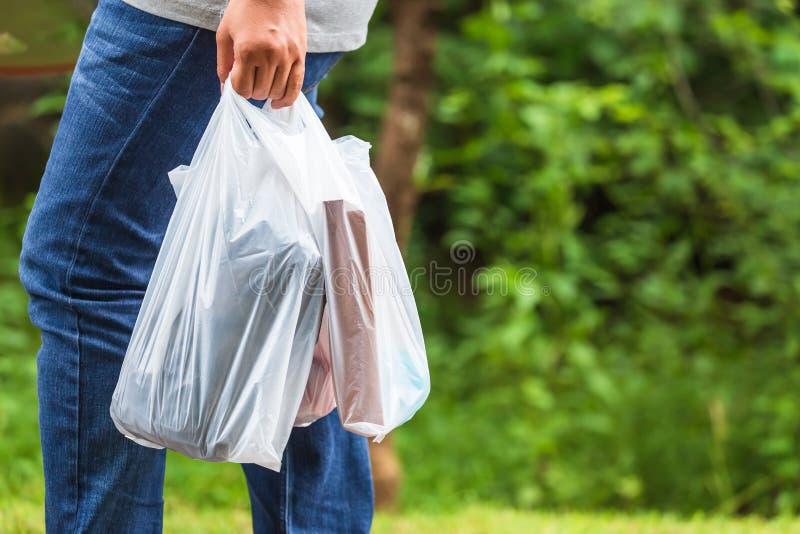 Tenir des sachets en plastique image libre de droits