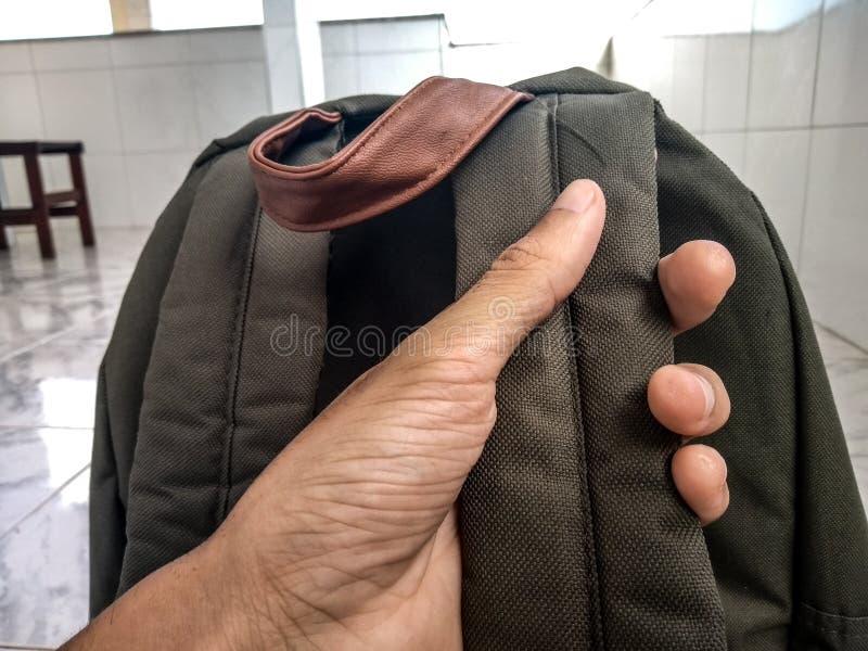 Tenir le sac à dos pour voyager photos libres de droits