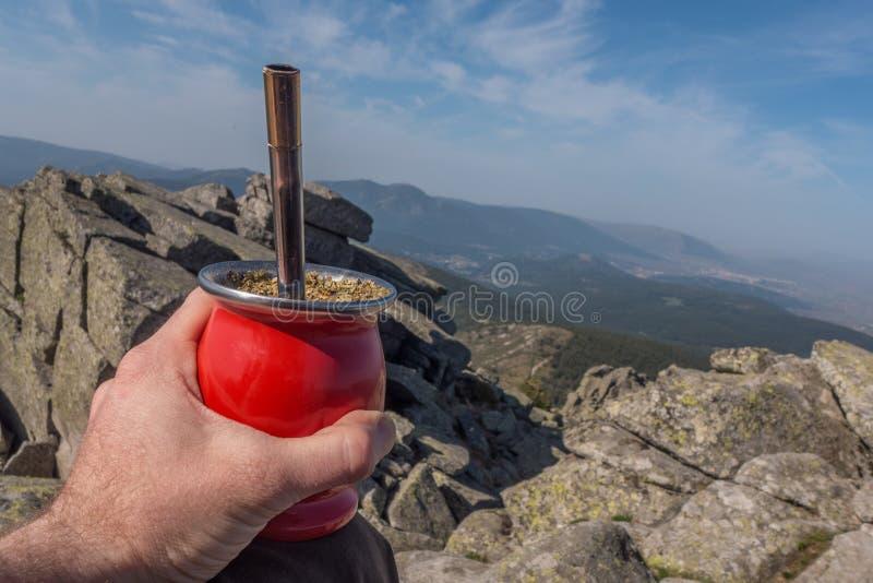 Tenir un compagnon traditionnel à la crête de la montagne photo stock