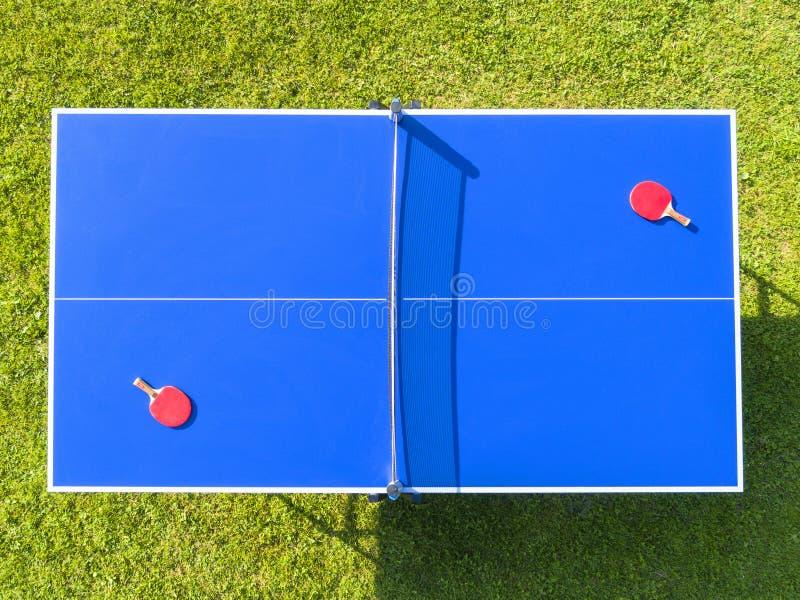 Tenis de mesa azules o ping-pong de la visión aérea Red del ping-pong del primer Ciérrese encima de red y de línea del ping-pong  fotos de archivo libres de regalías