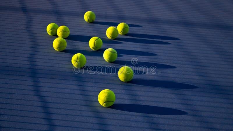 Tenisowa gra Tenisowa piłka na tenisowym sądzie zdjęcia royalty free