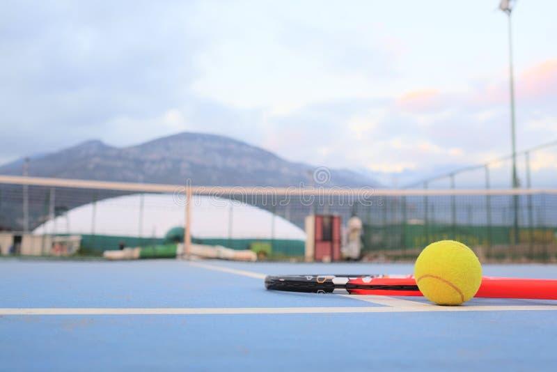 Tenisowa piłka i tenisowy kant obrazy stock