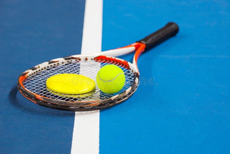 Tenisowa piłka na tenisowym sądzie fotografia royalty free