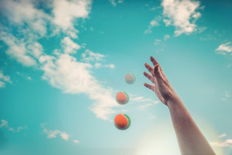 Tenisowa piłka spada puszek od ręki z nieba Lato zabawy poj?cie fotografia royalty free