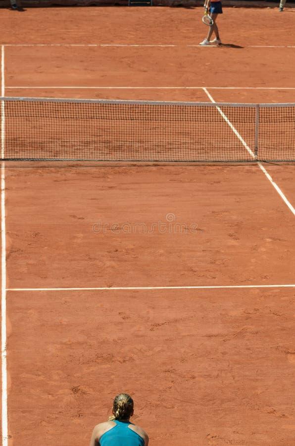 Tenisowy gliniany sąd z dwa graczami zdjęcie stock