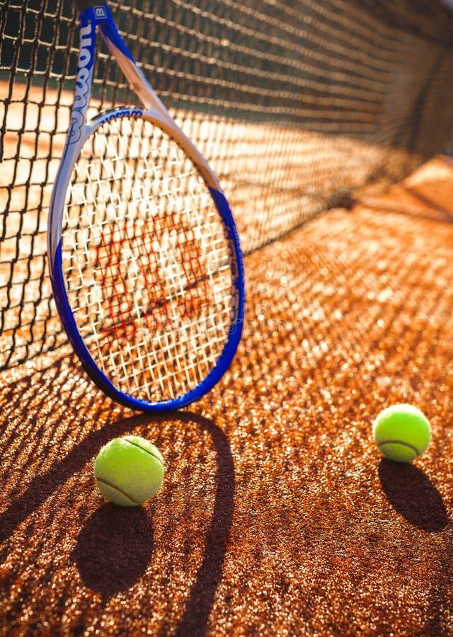Tenisowy kant i piłki na Tenisowym sądzie obrazy stock